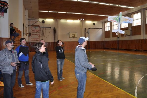 V tělocvičně Jiráskova gymnázia v Náchodě, celostátní setkání učitelů fyziky Heuréka